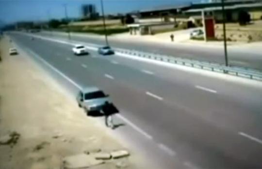 【閲覧注意:車】後ろからMAXスピードで人を跳ね飛ばす車