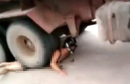 【グロ画像:事故】トラックの下敷きになった女性・・・背中にタイヤが乗ったままの状態