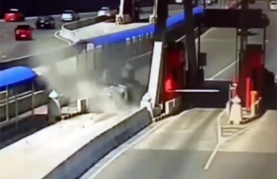 【衝撃映像:事故】料金所を通過するつもりが思いっきり突っ込んでしまった件