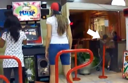 【おもしろ動画:子供】美人のお姉さんがゲームしてる横で子供がやっちゃってたw