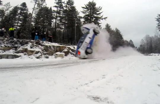 【衝撃映像:事故】雪道でクラッシュ!!回りながら吹き飛んでいく車・・・