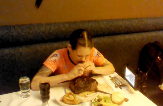 【フードファイター】2キロの肉をたった3分で食べつくす女性w