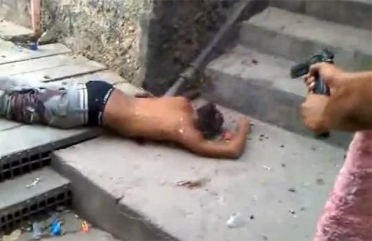 【閲覧注意:死体】殺した男の頭を撃ち続けるギャング