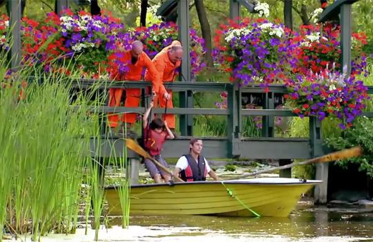 【どっきり映像】ボートを漕いでたらいつの間にか背後に少女が・・・!?