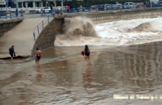 【衝撃映像】ノリノリのデブが一瞬にして波に呑まれて流されていくwww