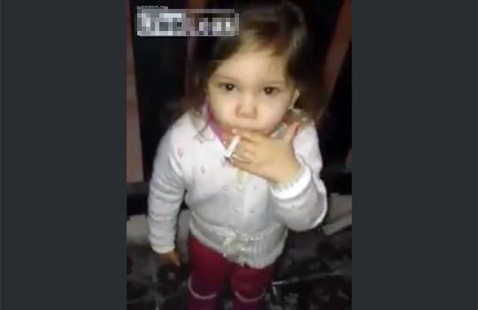 【衝撃映像】ガチの幼女がタバコをスパスパ吸う・・・ロリばばあではありません