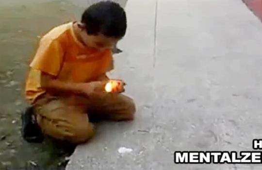 【衝撃:爆発】火薬で遊ぶ子供・・・可愛い顔が炎上