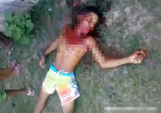【閲覧注意】数十箇所刺されて殺害された少年が発見される