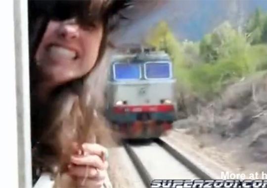 【衝撃映像】あっぶねぇ~!!対抗列車に首を跳ねられそうになるw
