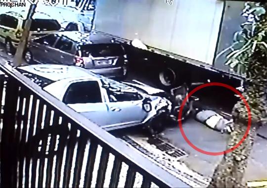 【襲撃映像】ノーブレーキで車が突っ込んできたらこうなる