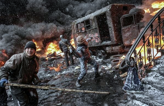 【グロ:デモ】ウクライナのデモがヤバイ!世紀末すぎるだろ・・・