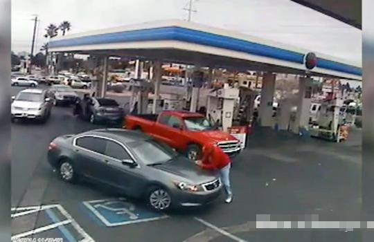 【衝撃映像】邪魔な歩行者にキレた運転手が車でゆっくり轢いていく・・・