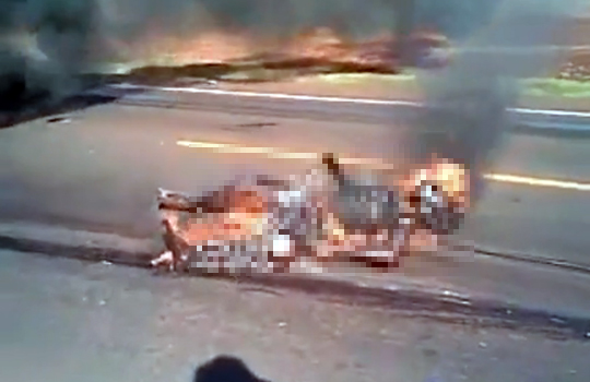 【閲覧注意】バイク事故気絶→火が移って焼け死ぬ
