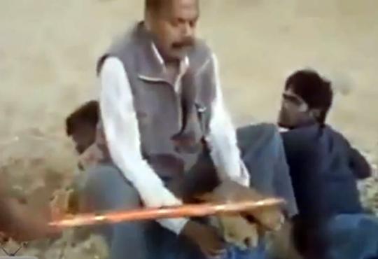 【閲覧注意】宗教?叫ぶ男性をひたすら棒で殴り続ける・・・