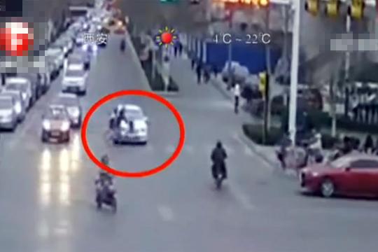 【中国】自転車を車で跳ね飛ばす→逃走→止める警察官を跳ね飛ばす→逃走・・・