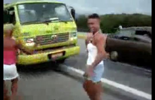 【衝撃映像】オカマ集団が道路で調子に乗ったら神タイミングでトラックがw