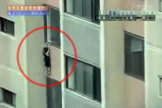 【閲覧注意】窓で遊んでた幼女が登り切れずに落下・・・
