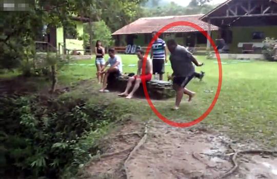 【衝撃映像】次々川に飛び込む若者w大トリのデブが見事にフラグ回収w