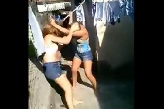 【喧嘩】金髪美女がガチの殴り合い!おっぱい見えてますよ!?
