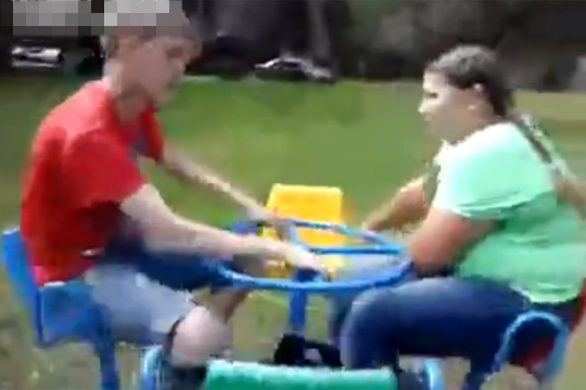 【衝撃映像】デブを遊具で回転させたら覚醒したwww