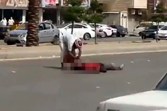 【殺人映像】サウジアラビアでホームレスを刺し殺す一部始終・・・