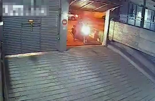 【ハプニング】まさかの罠!?車庫に食べられる車・・・