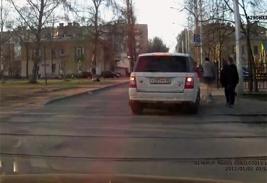 【恐ロシア】ばばあの逆襲w若い子を車で後ろから特攻!