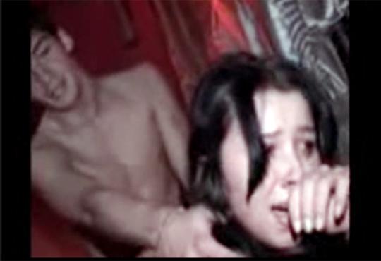 【レイプ】ナイフで脅され泣きながらバックで犯される美女・・・ ※無修正エロ動画
