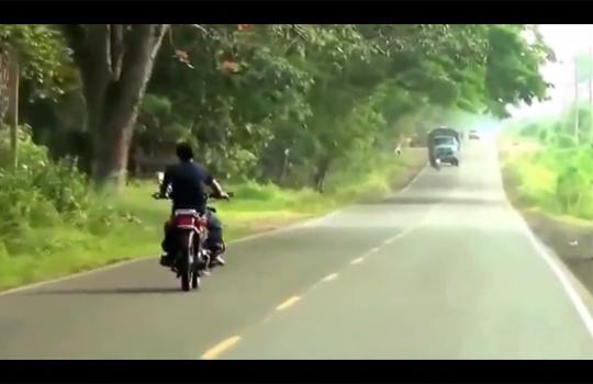 【クラッシュ】無茶苦茶な運転の自殺ライダー・・・見事に自殺成功