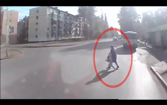 【グロ動画】少女だけが轢かれる最悪の展開・・・