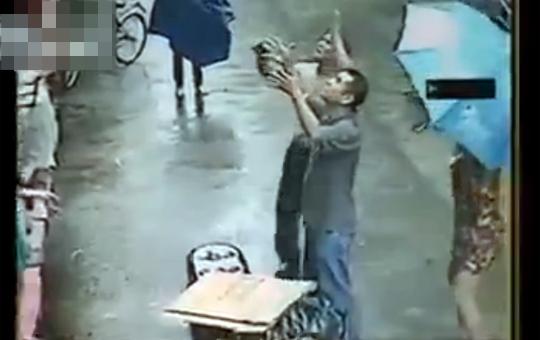 【衝撃映像】落下する赤ちゃんを見事にキャッチ!