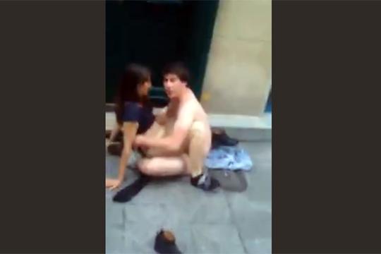【エロ注意】フランスのパリでは道端セックスが流行w!