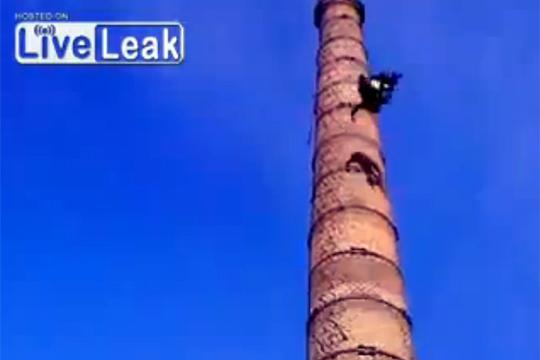 【衝撃映像】煙突から落下→目の前で転落死・・・