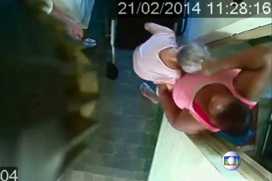 【虐待】車椅子の老人にありえない虐待する女性・・・