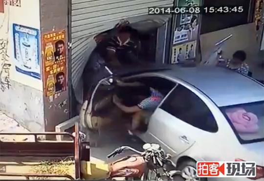 【クソ中国】車で店に突っ込んでオーナー家族を襲撃!鬼畜映像