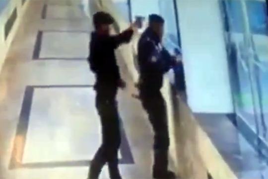 【殺人】持ち物検査中の警察の頭を撃ち浮く鬼畜殺人犯・・・