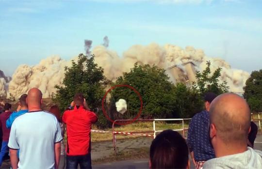 【衝撃映像】廃ビル爆破で九死に一生!あと5センチで・・・