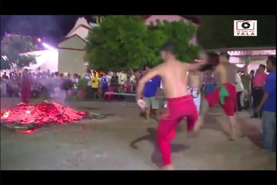 【衝撃映像】燃え盛る石炭の上を走る祭りで頭から突っ込む勇者がいたwww