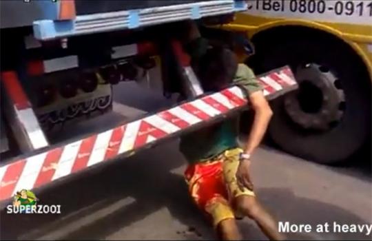 【グロ注意】人轢いてそのまま引きずってたトラック・・・