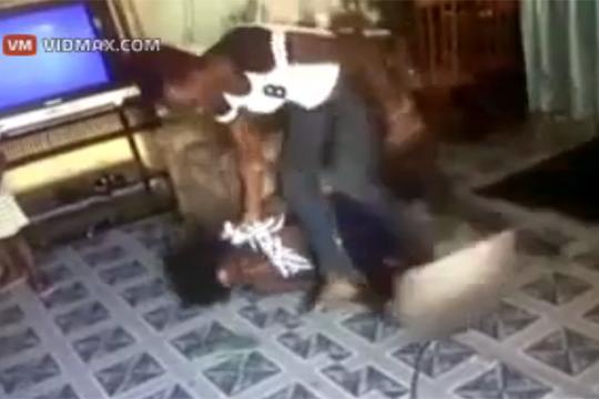 【虐待映像】子供をシャベルでボッコボコに虐待・・・