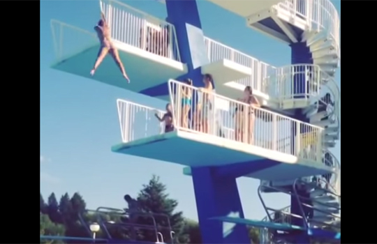 【衝撃映像】プールの飛び込み躊躇したらすっごいアクロバッティックな技できたw!