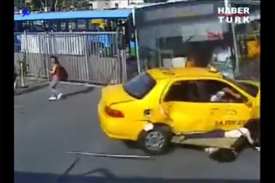 【事故映像】バスが暴走して逃げ惑う女性を轢いていく