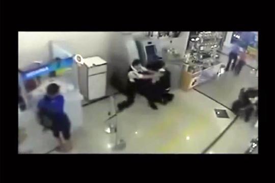 【衝撃映像】銃を持った強盗VS警備員の銃撃戦の結末が酷い・・・