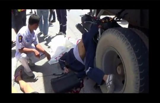 【グロ動画】トラックの後輪に巻き込まれた人たちがおかしな事になってる