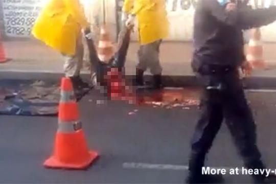 【グロ動画】頭だけを轢かれて脳がハジケ飛んだ男性・・・
