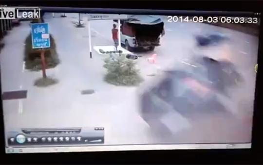 【クラッシュ】横転した車がぐるぐる回りながら突っ込んできたんだけど!