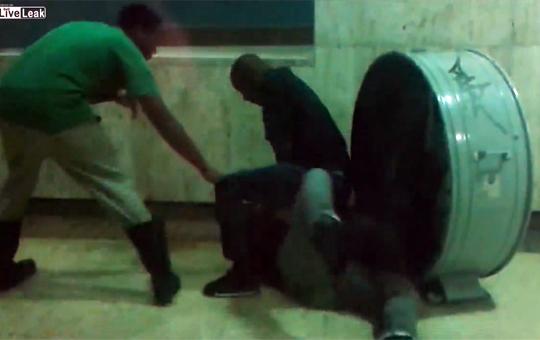 【衝撃映像】喧嘩がエスカレートしてナイフでザクザク刺していく一部始終・・・