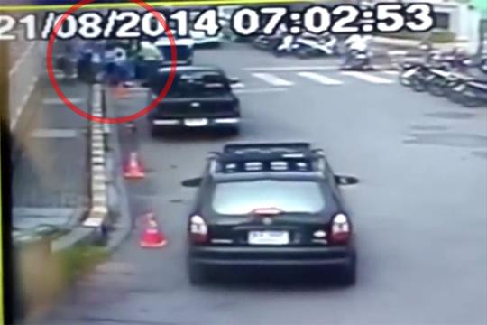 【閲覧注意】横断歩道を渡る小学生集団に突っ込む車・・・これ駄目だろ・・・