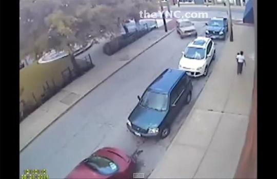 【閲覧注意】歩道を歩いてる子供を抱いた母親に突っ込む車・・・