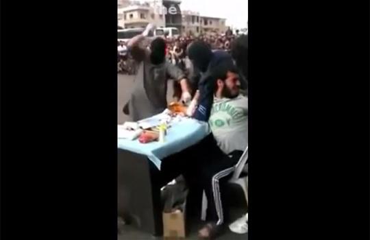 【グロ映像】シリアの公開ハンドカット・・・一般市民の前で腕を切り落とす
